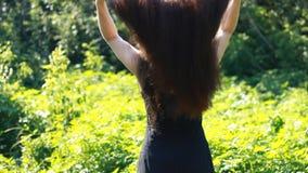 Jonge vrouw met zeer lang haar Dik mooi haar hairstyle stock footage