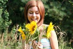 Jonge vrouw met zonnebloemen royalty-vrije stock afbeeldingen