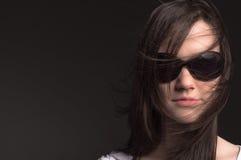 Jonge vrouw met zonnebril royalty-vrije stock foto's