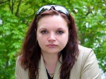 Jonge Vrouw met Zonnebril Stock Afbeeldingen