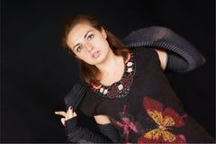 Jonge vrouw met zwarte kleding en wapenverwarmingstoestellen Stock Afbeelding