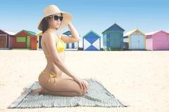 Jonge vrouw met zwempak dichtbij het plattelandshuisje Stock Foto's