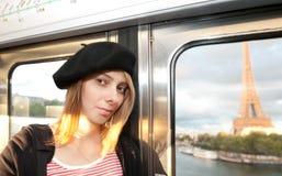Jonge vrouw in metro van Parijs. Stock Afbeelding