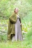 Jonge vrouw in middeleeuwse kledij royalty-vrije stock afbeeldingen