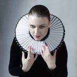 Jonge vrouw in middeleeuwse kleding Stock Afbeeldingen