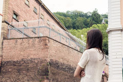 Jonge Vrouw Missers Her Imprisoned Boyfriend royalty-vrije stock afbeelding