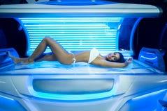 Jonge vrouw in modern solarium Royalty-vrije Stock Foto