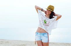 Jonge vrouw in modieuze uitrusting Royalty-vrije Stock Fotografie