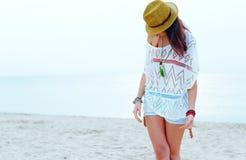 Jonge vrouw in modieuze uitrusting Stock Foto