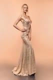 Jonge vrouw in mooie kleding Royalty-vrije Stock Foto's
