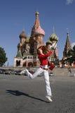 Jonge vrouw in Moskou het Kremlin royalty-vrije stock fotografie
