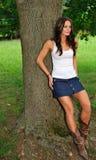 Jonge vrouw in mouwloos onderhemd en denimrok Royalty-vrije Stock Fotografie