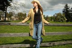 Jonge vrouw naast omheining Stock Fotografie