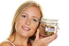 Jonge vrouw, om geld te besparen Stock Fotografie