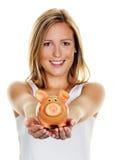 Jonge vrouw, om geld te besparen Stock Foto's