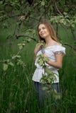 Jonge vrouw omhoog op ladder het plukken appelen van een appelboom  royalty-vrije stock afbeeldingen