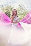 Jonge vrouw onder roze en witte stof Royalty-vrije Stock Foto's
