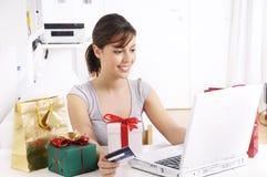 Jonge vrouw in online winkelen Stock Foto's