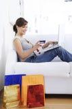 Jonge vrouw in online winkelen Stock Fotografie