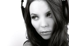 Jonge vrouw in oortelefoons dicht Royalty-vrije Stock Afbeelding