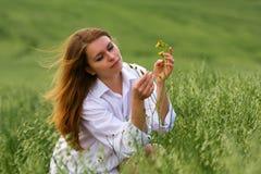 Jonge vrouw op aard. Royalty-vrije Stock Foto