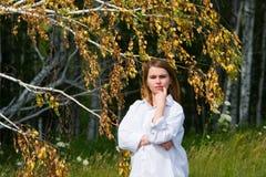 Jonge vrouw op aard. Royalty-vrije Stock Foto's