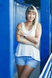 Jonge vrouw op blauwe muurachtergrond Royalty-vrije Stock Fotografie