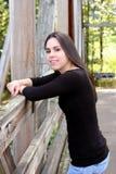 Jonge vrouw op brug Royalty-vrije Stock Afbeeldingen