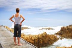 Jonge vrouw op brug Stock Foto's