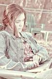 jonge vrouw op computer Stock Foto's