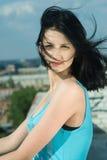 Jonge vrouw op dak Stock Foto