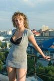 Jonge vrouw op dak Stock Afbeeldingen