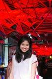 Jonge vrouw op de achtergrond van het lichtenplafond Stock Foto's