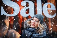 Jonge vrouw op de achtergrond van het winkelvenster Royalty-vrije Stock Foto