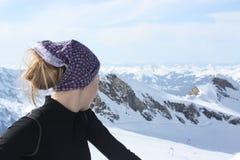 Jonge vrouw op de bovenkant van de berg Stock Afbeeldingen