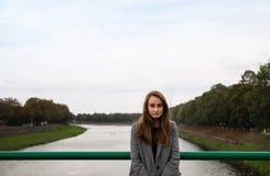 Jonge vrouw op de brug Royalty-vrije Stock Afbeeldingen