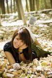 Jonge vrouw op de herfstachtergrond Stock Foto's