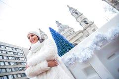 Jonge vrouw op de Kerstmismarkt stock foto's