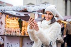 Jonge vrouw op de Kerstmismarkt Stock Afbeelding