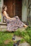 Jonge vrouw op de portiek Royalty-vrije Stock Afbeelding
