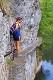 Jonge vrouw op de sleep, Slowaaks Paradijs royalty-vrije stock foto