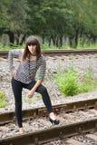 Jonge vrouw op de sporen Royalty-vrije Stock Foto's