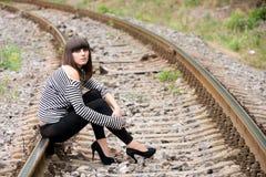 Jonge vrouw op de sporen Royalty-vrije Stock Afbeeldingen