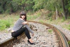 Jonge vrouw op de sporen Stock Afbeelding