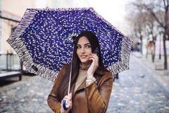 Jonge vrouw op de straat stock afbeelding