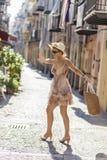 Jonge vrouw op de straat Stock Foto's