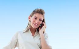 Jonge vrouw op de telefoon Stock Foto's