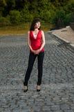 Jonge vrouw op de weg Royalty-vrije Stock Foto's