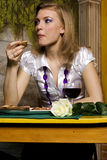 Jonge vrouw op diner Royalty-vrije Stock Fotografie