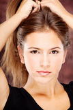 Jonge vrouw op donkere achtergrond Royalty-vrije Stock Fotografie